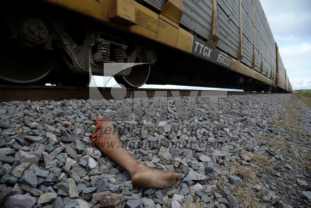 Almoloya de Juárez, México.- Un hombre de aproximadamente 40 años de edad fue arrollado por el ferrocarril, en la comunidad de Santa Juana, en la parte posterior del penal federal El Altiplano, de acuerdo a algunas versiones el hombre se encontraba acostado en las vías. Agencia MVT / Crisanta Espinosa