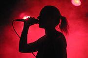 Hip Hop-Sängerin Pyranja im rotbeleuchteten Bühnennebel während eines Auftritt bei Dannenberg.