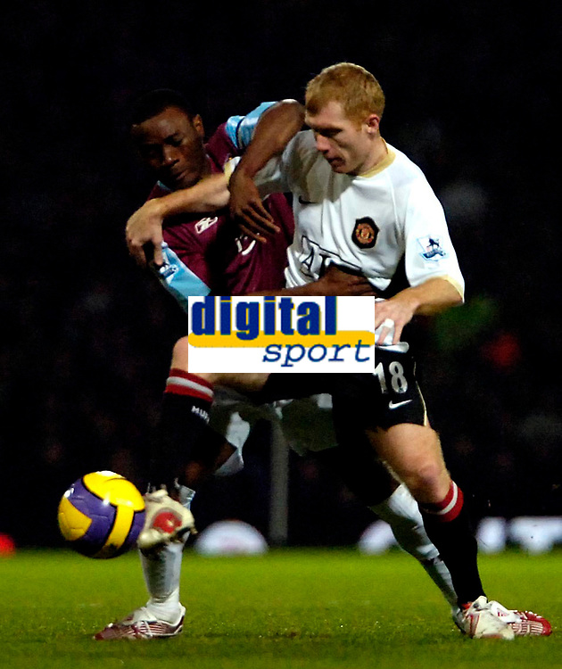 Photo: Ed Godden.<br /> West Ham United v Manchester United. The Barclays Premiership. 17/12/2006. West Ham's Nigel Reo-Coker (L), tussles with Paul Scholes.