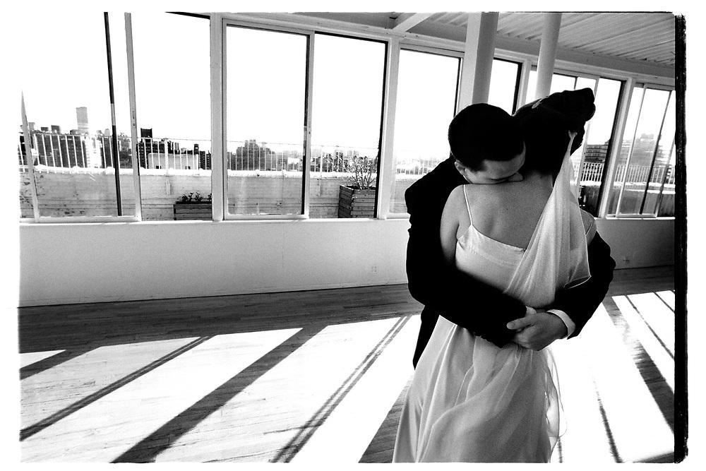 Det är klart. Efter vigseln får paret några minuter för sig själva i festlokalen innan gästerna släpps på och överöser dem med gratualtioner och lyckönskningar..Joby Harold and Tory Tunnell's wedding in New York City..Photographer: Chris Maluszynski /MOMENT