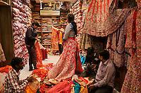 Inde, Rajasthan, Jaipur la ville rose, boutique de sari // India, Rajasthan, Jaipur the pink city, sari shop