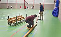 BENNEBROEK - Zaalhockey D meisjes competitie. Balken leggen voor het zaalhockey. ANP COPYRIGHT KOEN SUYK