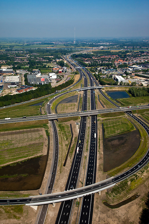 Nederland, Utrecht, Vianen, 23-06-2010; knooppunt Everdingen, vlnr de A27, bedrijventerrein De Biezen in de oksel van het verkeersplein en de A2 naar het noorden. .Junction Everdingen, left to right the A27, industrial estate in the armpit of junction, A2 to the north..luchtfoto (toeslag), aerial photo (additional fee required).foto/photo Siebe Swart