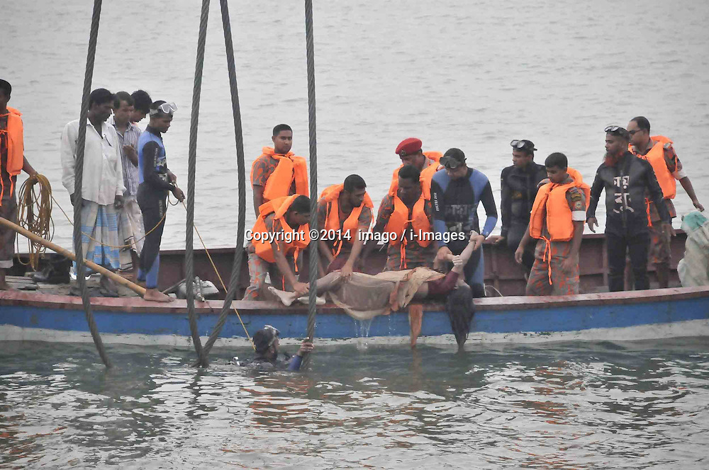 61530158<br /> Rescuers drag a victims body on to the boat at the site of the ferry accident on the river in Munshiganj district, Dhaka, Bangladesh, May 16, 2014. Bangladesh rescuers have dragged out 10 more bodies, raising the death toll to 22 in the ferry accident on river Meghna, after it sank in storm on Thursday afternoon,  Friday, 16th May 2014. Picture by  imago / i-Images<br /> UK ONLY