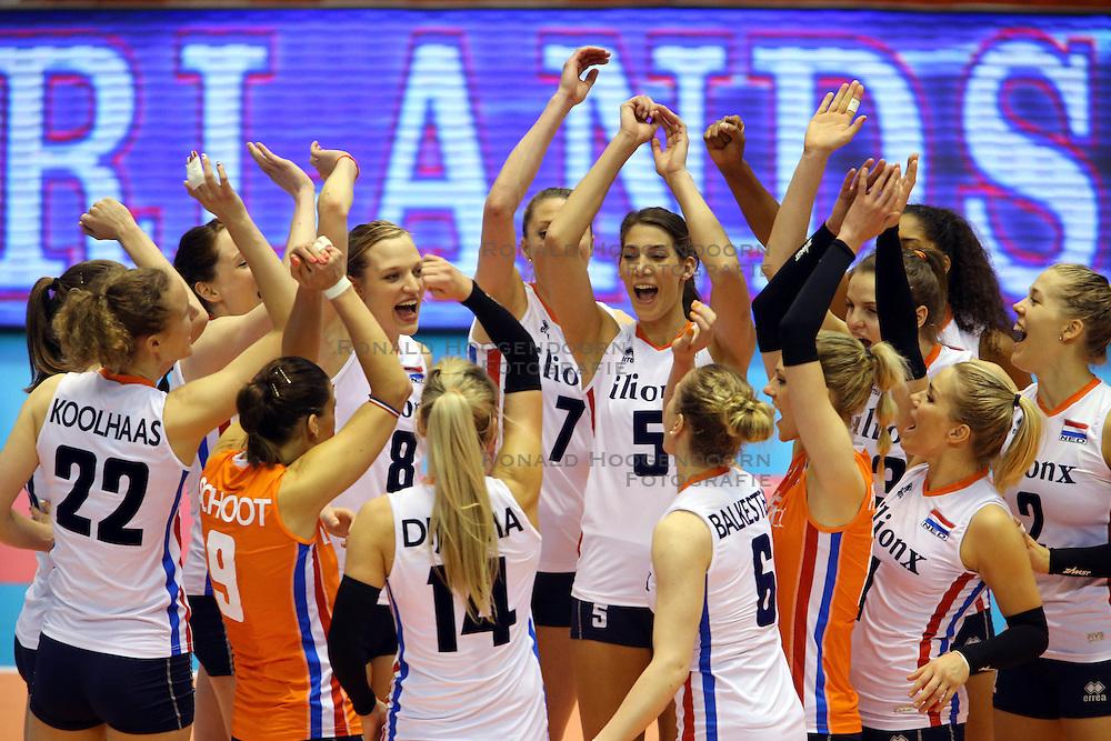 21-05-2016 JAP: OKT Nederland - Peru, Tokio<br /> De Nederlandse volleybalsters winnen met 3-0 en plaatsen zich als eerste voor Rio / Vreugde bij Nederland met os Robin de Kruijf #5, Judith Pietersen #8, Femke Stoltenborg #2, Kirsten Knip #1