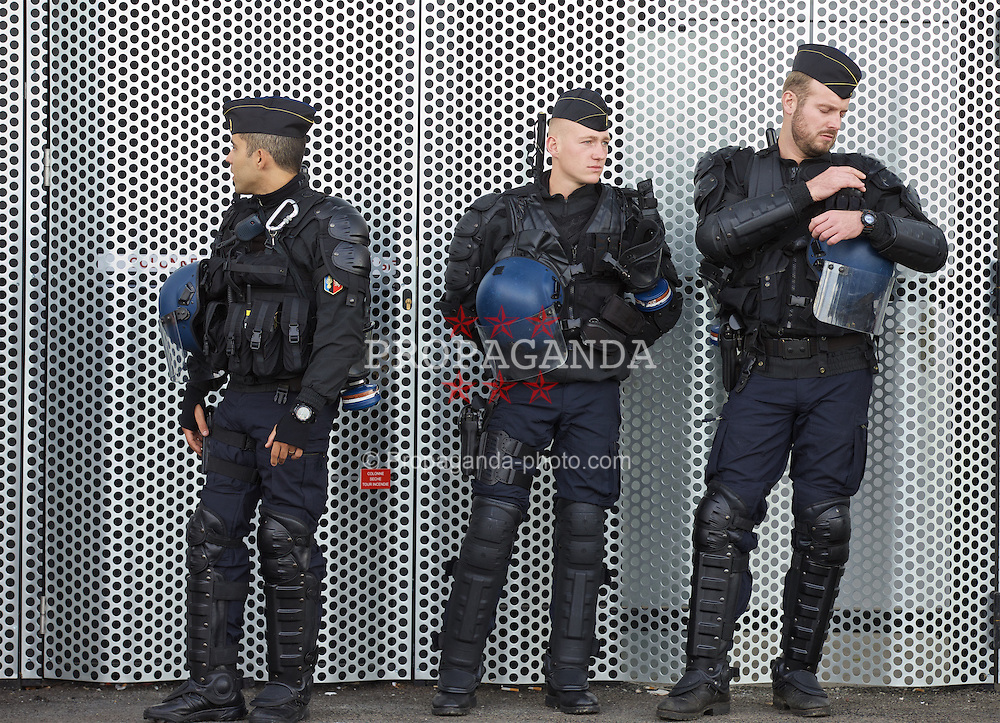 BORDEAUX, FRANCE - Thursday, September 17, 2015: French riot police before the UEFA Europa League Group Stage Group B match between FC Girondins de Bordeaux and Liverpool at the Nouveau Stade de Bordeaux. (Pic by David Rawcliffe/Propaganda)