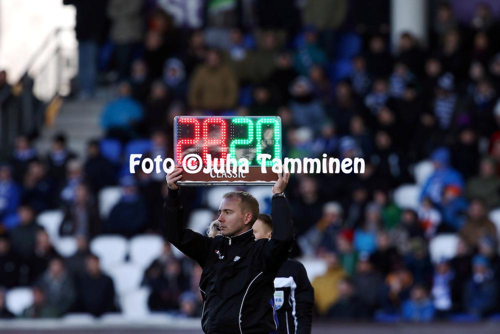 23.4.2015, Sonera Stadion, Helsinki.<br /> Veikkausliiga 2015.<br /> Helsingfors IFK - Helsingin Jalkapalloklubi.<br /> Nelj&auml;s erotuomari Dennis Antamo n&auml;ytt&auml;&auml; vaihtoa.