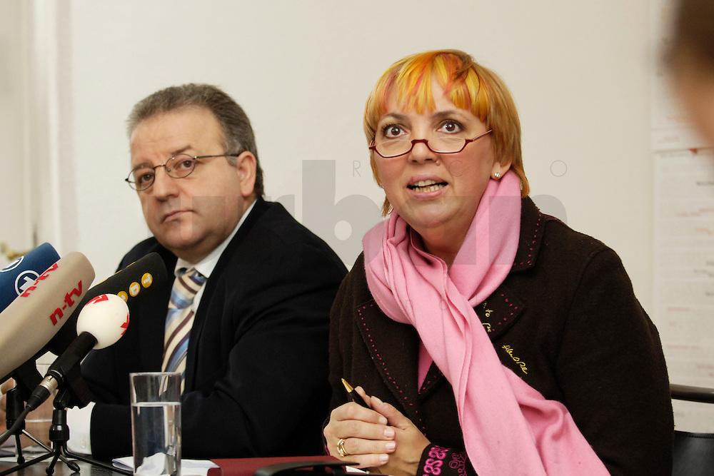 09 FEB 2006, BERLIN/GERMANY:<br /> Kenan Kolat (L), Bundesvorsitzender der Tuerkischen Gemeinde in Deutschland, TGD, und Claudia Roth (R), B90/Gruene Bundesvorsitzende, waehrend einer Pressekonferenz zum Staatsangehoerigkeitsrecht, Bundesgeschaeftsstelle TGD<br /> IMAGE: 20060209-01-009<br /> KEYWORDS: T&uuml;rkische Gemeinde