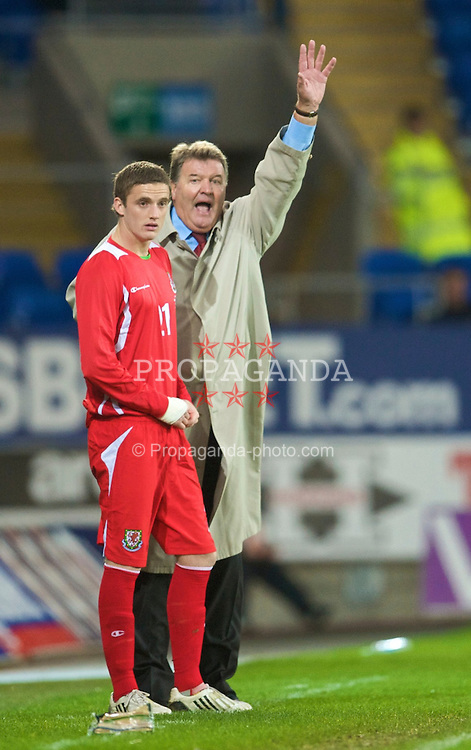 CARDIFF, WALES - Saturday, November 14, 2009: Wales' manager John Toshack MBE prepares to birng on substitute Andy King during the international friendly match against Scotland at the Cardiff City Stadium. (Pic by David Rawcliffe/Propaganda)