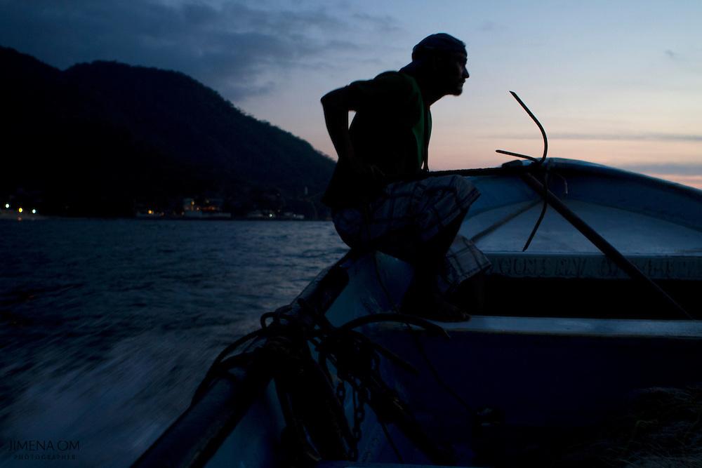 Durante la noche se elige el lugar ideal para lanzar el rezón que ancla la parte inferior del chinchorro, una larga red tejida con flotadores, donde quedarán atrapados los peces.
