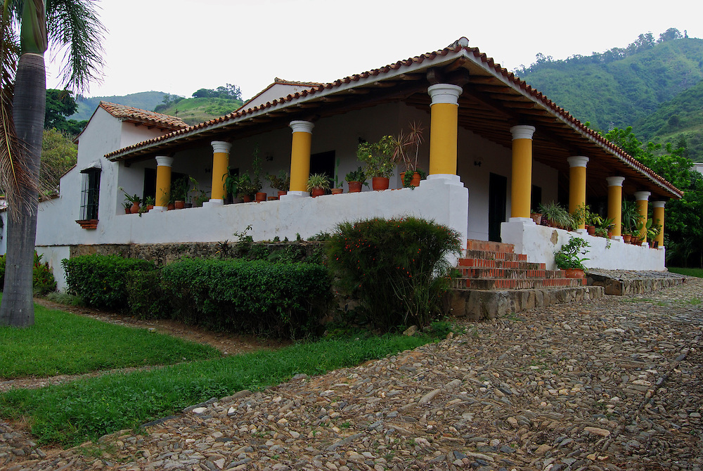 Casa Anauco Arriba, esta catalogada como la casa mas antigua de la epoca de la colonia. Es una casa de campo, de una planta, con varios niveles y pasillo exterior, con m&aacute;s de 700 mts de construcci&oacute;n, con dos patios internos y las habitaciones en hileras, las cuales se comunican interiormente. Caracas 23 de agosto del 2008.<br />  Photography by Aaron Sosa<br />  Caracas, Venezuela 2008<br />  (Copyright &copy; Aaron Sosa)