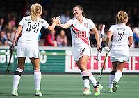 AMSTELVEEN - Julia Müller (m) van A'dam heeft gescoord   tijdens de competitiewedstrijd tussen de dames van Amsterdam en Den Bosch (1-1).  links Jacky Schoenaker (A'dam) .  COPYRIGHT KOEN SUYK