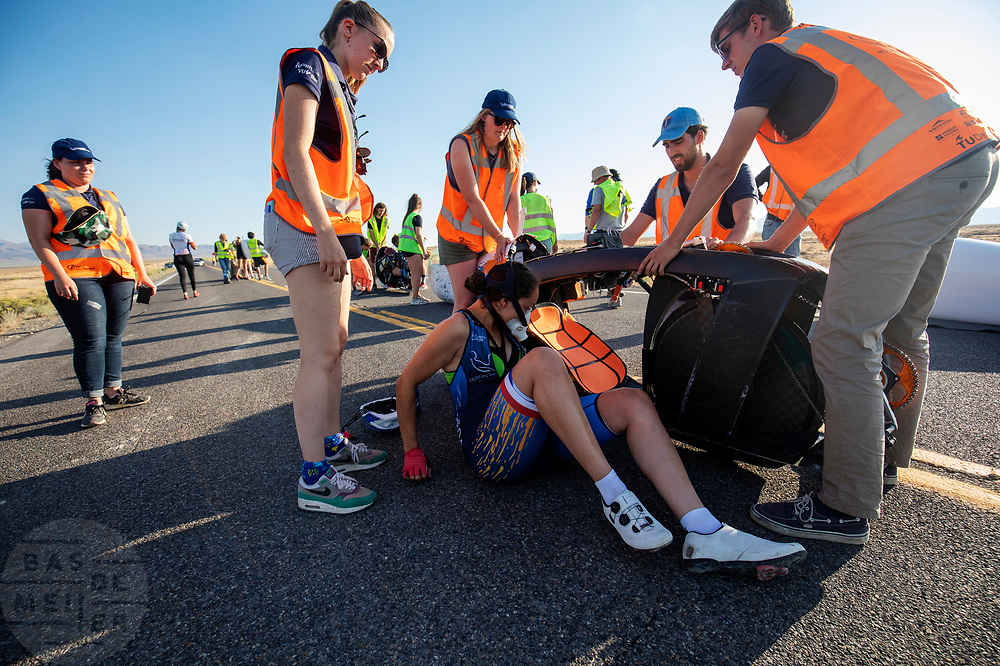 De avondrun op de vrijdagavond. Het Human Power Team Delft en Amsterdam, dat bestaat uit studenten van de TU Delft en de VU Amsterdam, is in Amerika om tijdens de World Human Powered Speed Challenge in Nevada een poging te doen het wereldrecord snelfietsen voor vrouwen te verbreken met de VeloX 9, een gestroomlijnde ligfiets. Op 10 september 2019 verbreekt het team met Rosa Bas het record met 122,12 km/u. De Canadees Todd Reichert is de snelste man met 144,17 km/h sinds 2016.<br /> <br /> With the VeloX 9, a special recumbent bike, the Human Power Team Delft and Amsterdam, consisting of students of the TU Delft and the VU Amsterdam, wants to set a new woman's world record cycling in September at the World Human Powered Speed Challenge in Nevada. On 10 September 2019 the team with Rosa Bas a new world record with 122,12 km/u.  The fastest man is Todd Reichert with 144,17 km/h.
