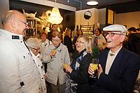 Mannheim. 04.11.17 | Lange Nacht der Kunst und Genüsse<br /> Lange Nacht der Kunst und Genüsse in den Stadtteilen.<br /> - Feudenheim. Eröffnung bei Wohnkult & Genuss<br /> <br /> BILD- ID 20929 |<br /> Bild: Markus Prosswitz 04NOV17 / masterpress (Bild ist honorarpflichtig - No Model Release!)
