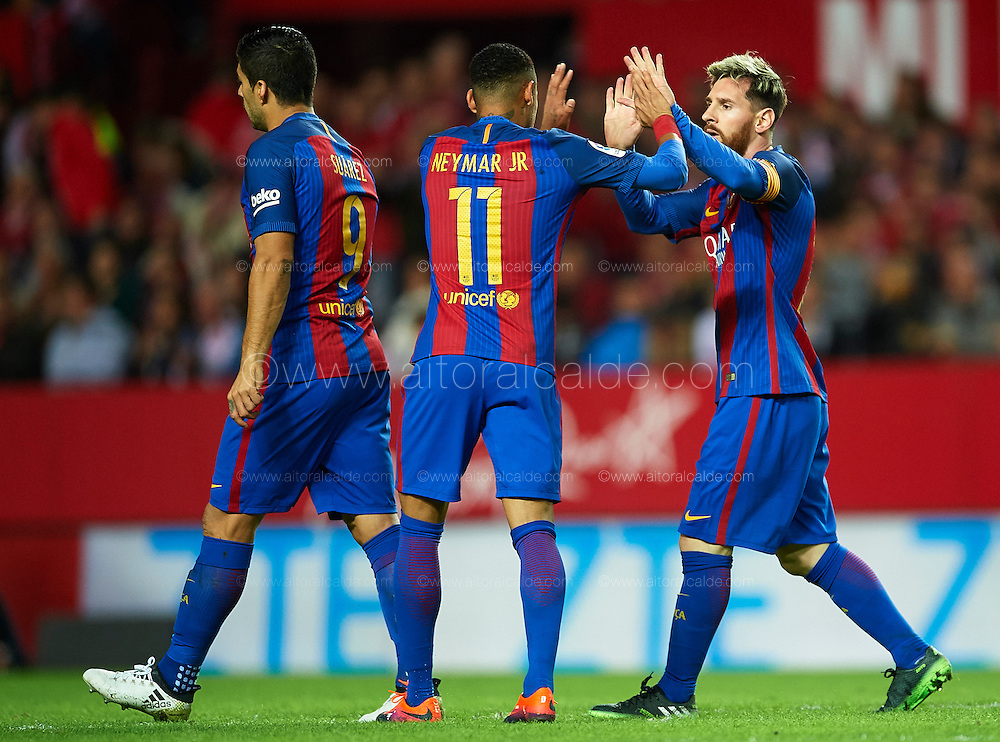 SEVILLE, SPAIN - NOVEMBER 06:  Lionel Messi of FC Barcelona  celebrates after scoring with his team mate Neymar Jr of FC Barcelona during the match between Sevilla FC vs FC Barcelona as part of La Liga at Ramon Sanchez Pizjuan Stadium on November 6, 2016 in Seville, Spain.  (Photo by Aitor Alcalde/Getty Images)
