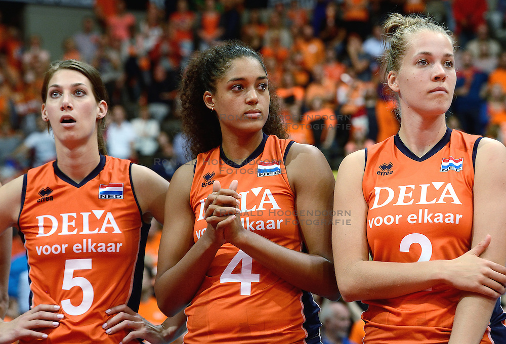04-10-2015 NED: Volleyball European Championship Final Nederland - Rusland, Rotterdam<br /> Nederland verliest kansloos met 3-0 van het sterke Rusland / Robin de Kruijf #5, Celeste Plak #4, Femke Stoltenborg #2