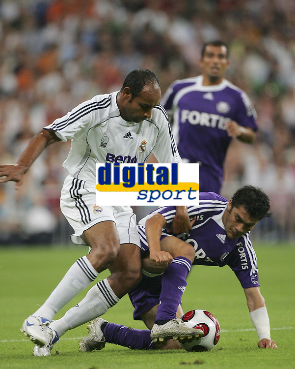 MADRID  23/08/2006 - SANTIAGO BERNABEU  STADIUM<br />SPORT / FOOTBALL / VOETBAL / FRIENDLY GAME / <br />REAL MADRID vs RSC ANADERLECHT /<br />EMERSON - AHMED HASSAN <br /> / PICTURE  PHILIPPE CROCHET - ©opyright PHOTONEWS