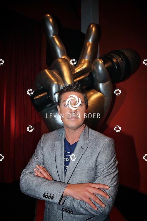 BUSSUM - In theater het Spant is de persviewing van The Voice Of Holland gehouden.  Met op de foto presentator Martijn Krabbe. FOTO LEVIN DEN BOER - PERSFOTO.NU