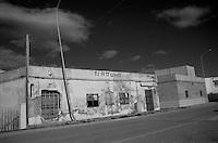 Sulla litoranea jonica, verso Maruggio, c'Ë questa trattoria abbandonata. La scritta Ë rovinata e, sulla parte superiore di una delle finestre si legge il prezzo delle focacce in vendita.