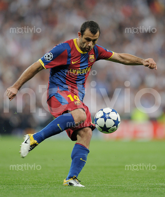 FUSSBALL   CHAMPIONS LEAGUE   SAISON 2010/2011   Halbfinale  27.04.2011 Real Madrid  -  FC Barcelona Javier Mascherano (Barca) am Ball