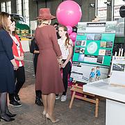 NLD/Utrecht/20191002 - Maxima bij Science Makers Awards, Koningin Maxima bekijkt een ontwerp