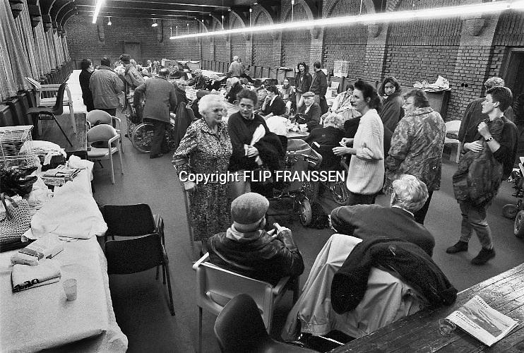 Nederland, Beneden Leeuwen, 01-02-1995Eind januari, begin februari 1995 steeg het water van de Rijn, Maas en Waal tot record hoogte van 16,64 m. bij Lobith. Een evacuatie van 250.000 mensen was noodzakelijk vanwege het gevaar voor dijkdoorbraak en overstroming. op verschillende zwakke punten werd geprobeerd de dijken te versterken met zandzakken. Hier de evacuatie van ouderen uit een verzorgingshuis.Late January, early February 1995 increased the water of the Rhine, Maas and Waal to a record high of 16.64 meters at Lobith. An evacuation of 250,000 people was needed because of flood risk. At several points people tried to reinforce the dikes with sandbags. Foto: Flip Franssen/Hollandse Hoogte