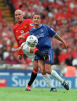 Dennis Wise (Chelsea) and David Beckham (Man Utd). Chelsea v Manchester United. FA Charity Shield. Wembley 13/8/00. Credit: Colorsport.