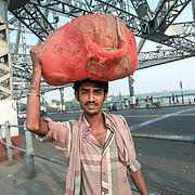 20171029 Kolkata Calcutta Indien<br /> P&aring; och runt Howrah bron<br /> ----<br /> FOTO : JOACHIM NYWALL KOD 0708840825_1<br /> COPYRIGHT JOACHIM NYWALL<br /> <br /> ***BETALBILD***<br /> Redovisas till <br /> NYWALL MEDIA AB<br /> Strandgatan 30<br /> 461 31 Trollh&auml;ttan<br /> Prislista enl BLF , om inget annat avtalas.