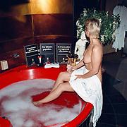 Club Elegance Amsterdam naakte dame in bad, prostituee