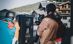 15.03.2020, Kaprun, AUT, Coronavirus in Österreich, im Bild Skifahrer geben das Skiticket zurück. Die Kapruner Gletscherbahnen stellen mit 15. März ihren Winter Betrieb zur Eindämmung der Verbreitung des Corona Virus ein // Skiers return the ski ticket. The Kaprun glacier lifts close their Ski Resort on March 15 ,in an effort to slow the ongoing spread of the coronavirus, Kaprun, Austria on 2020/03/15. EXPA Pictures © 2020, PhotoCredit: EXPA/Stefanie Oberhauser