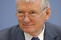 09 JUL 2003, BERLIN/GERMANY:<br /> Otto Schily, SPD, Bundesinnenminister, waehrend einer Pressekonferenz zur Initiative Buerokratieabbau, Bundespressekonferenz<br /> IMAGE: 20030709-01-003