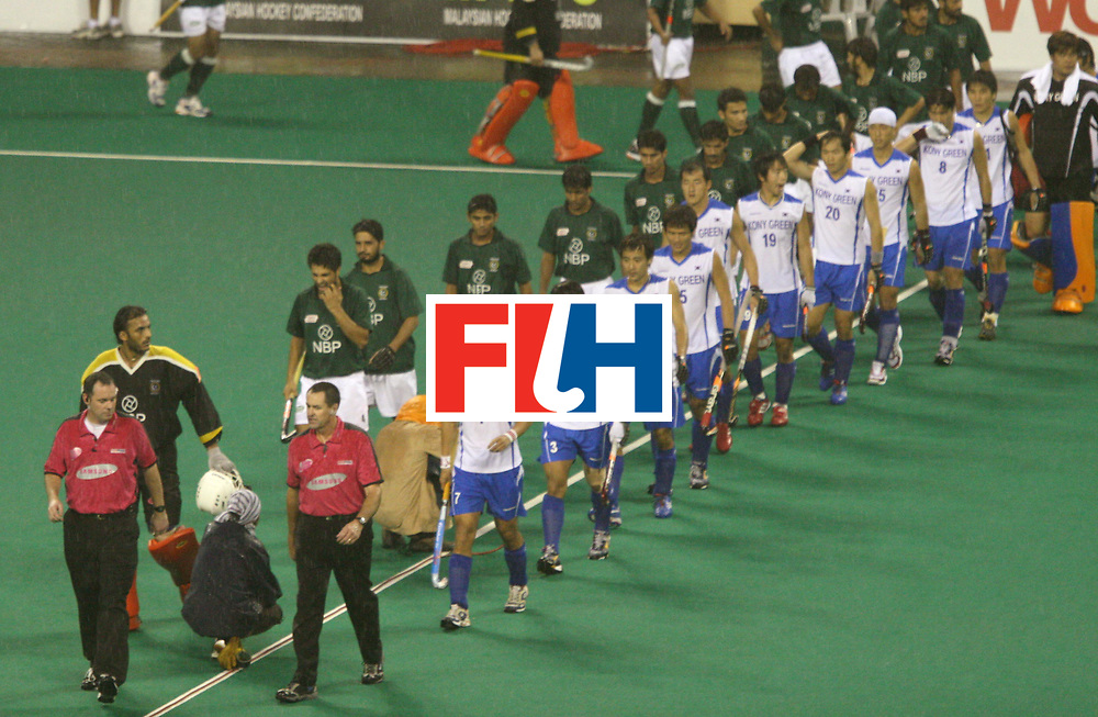 Kuala Lumpur :  Players of Pakistan and Korea walking into the pitch at the start of their match in the Samsung Hockey Men Champions Trophy on 06 Dec 2007. <br /> Photo:GNN/Vino John