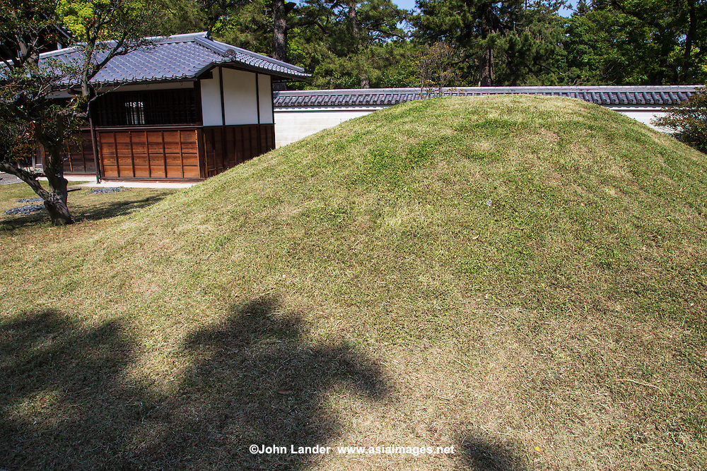 Kaninnomiya Residence is now part of Kyoto Gyoen National Garden.  The attahced garden was once the garden of the Kujo Residence, adjacent, which includes Kujo Pond and the tea ceremony pavilion Shusui-tei.
