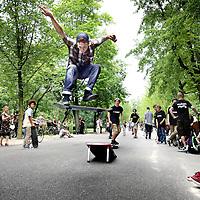 Nederland, Amsterdam , 5 juli 2012..AMSTERDAM -Stichting Kinetisch Noord(SKN)wilt datSkatepark Amsterdamvertrekt van het NSDM-werf in Amsterdam-Noord. De verhuurderwilt deloodsnamelijk hernieuwen en dus moet skatepark vertrekken. Skatepark Amsterdam is not amused en strijd met internet. Zo proberen de skaters het park te behouden...Al sinds twaalf jaar zit het Skatepark op het NSDM-werf. In december waren er gesprekken tussen het Skatepark en SKN. De Stichting bepaalde dat het huurcontract per 1 augustus eenzijdig wordt gestopt, tot verbazing van het Noord-Amsterdamse skatepark. SKN zal de loodsen namelijk hernieuwen metcommerciëlen partijen. Het park is niet blij met deze beslissing en voert nu groots actie door een skateparade dwars door de stad waar enkele honderden skaters aan mee deden..Op de foto Tijdens de pauze in het Vondelpark demonstreerden de skaters hun skills..Foto:Jean-Pierre Jans