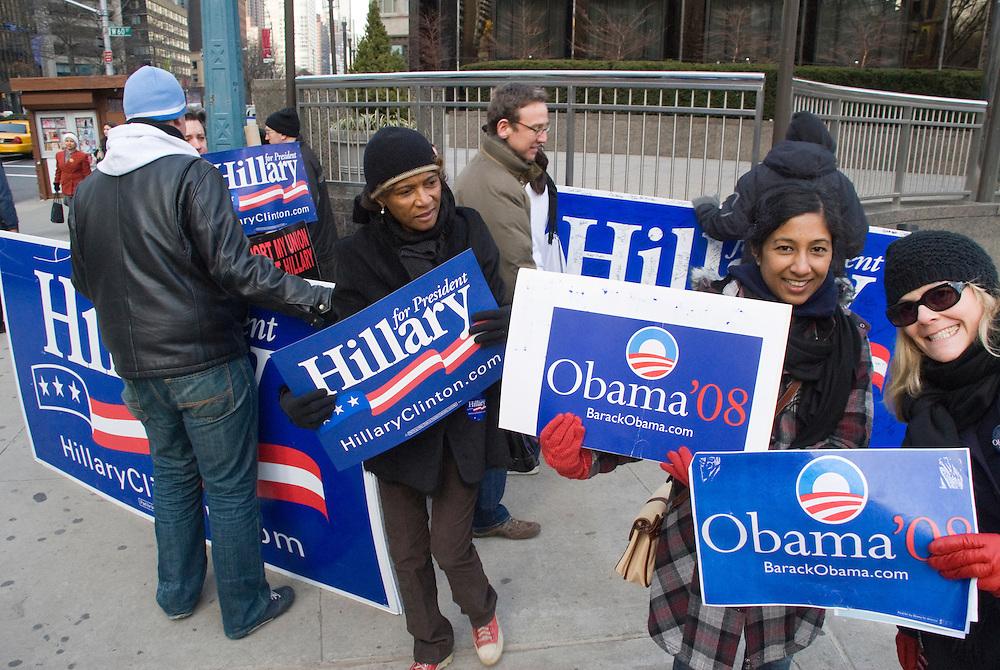 New York  Manhattan Columbus Circle Helfer der Hillary Clinton Kampagne Francia Chandler entdeckt Barack Obama Fans in ihrem Lager..Fotos © Stefan Falke. Clinton / Obama Kandidatenwahl der Demokraten in den USA.New York Primary 2008