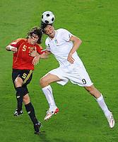 FUSSBALL EUROPAMEISTERSCHAFT 2008  Spanien - Italien    22.06.2008 Carles PUYOL (ESP, l) gegen Luca TONI (ITA).