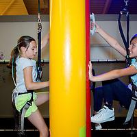 Nederland, Amsterdam, 2 augustus 2017.<br /> Met vier meedenklezers van Kidsweek naar de klimhal van Clip &rsquo;n Climb in Amsterdam Noord.<br /> Foto: Jean-Pierre Jans<br /> <br /> The Netherlands, Amsterdam, August 2, 2017.<br /> Fun at the Clip 'n Climb climbing hall in Amsterdam North.<br /> Photo: Jean-Pierre Jans
