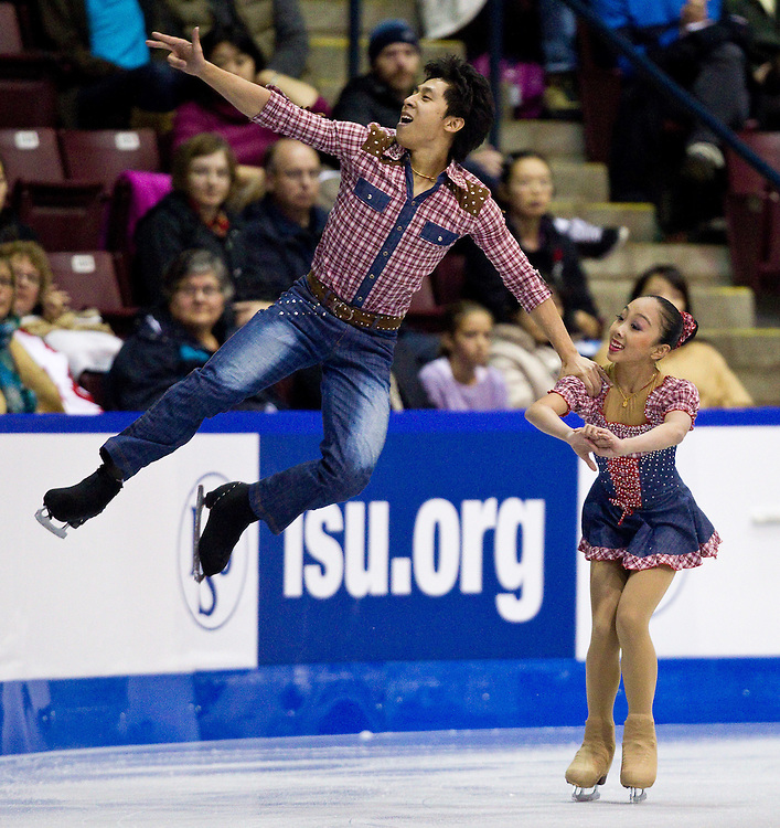 GJR320 -20111028- Mississauga, Ontario, Canada-    Wenjing Sui and  Cong Han of China skate their short program at Skate Canada International, October 28, 2011.<br /> AFP PHOTO/Geoff Robins