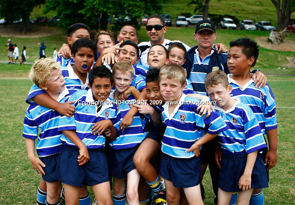 Benji Marshall poses for a photo with junior members of the Otahuhu Rugby League Club. Rugby League. NZRL's Kids 2 Kiwis initiative. Otahuhu Rugby League Club, Henham Park, Auckland. Sunday 1st February 2009. Photo: Simon Watts/PHOTOSPORT