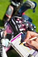 SPAARNWOUDE-Scorekaart invullen. Beoefenen van de golfsport. FOTO KOEN SUYK