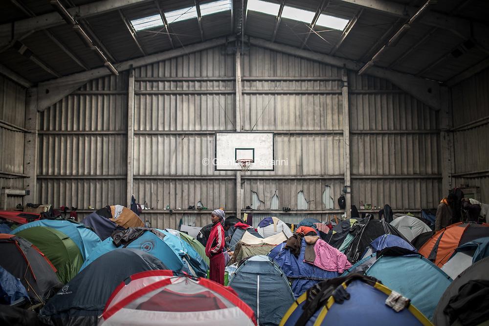Una palestra abbandonata dove i pi&ugrave; deboli, donne e bambini trovano riparo.<br /> Calais (FR), all'imbarco dei traghetti per il regno unito, dopo il rafforzamento dei controlli, il numero di migranti cresce ogni giorno, nonostante i centri d'accoglienza siano stati amliati i migranti trovano riparo come possono all'interno di una foresta vicino alla strada che porta all'imbarco. In questo modo possono provare a nascondersi sui Camion, ma il numero sempre maggiore di persone sta creando una citt&agrave; parallela di gente senza identit&agrave;.