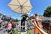 Nederland, Nijmegen, 21-7-2017Intocht van de wandelaars in Nijmegen op de vierde dag van de 101e 4Daagse . Het vierdaagselegioen loopt over de Via Gladiola Nijmegen binnen. Op het kruispunt met de Groenestraat staat een enthousiaste politie man het verkeer te regelen. Na een feestelijke intocht volgt de uiteindelijke finish en het ophalen van het kruisje, vierdaagsekruisje, op de Wedren. Iedere deelnemer krijgt een bloem, gladiool, uitgerijkt. Foto: Flip Franssen