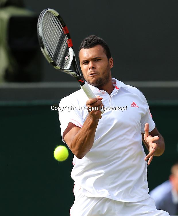 Wimbledon Championships 2012 AELTC,London,.ITF Grand Slam Tennis Tournament,.Jo-Wilfried Tsonga (FRA), Aktion,Einzelbild,Halbkoerper,Hochformat,