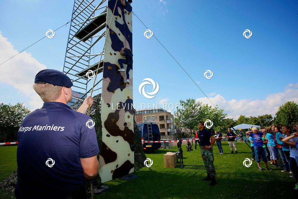 ZALTBOMMEL - In het Esplanadapark zijn klimwanden geplaatst waar kinderen kunnen klimmen om zo geld in te zamelen voor de stichting 'Naar de Top voor KiKa'. FOTO LEVIN DEN BOER - PERSFOTO.NU