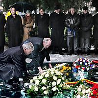 Nederland, Amsterdam , 27 januari 2013..Auschwitzherdenking..De bevrijding van concentratiekamp Auschwitz-Birkenau (27 januari 1945) wordt herdacht op zondag 27 januari 2013 in het Wertheimpark..Jaarlijks wordt, op de laatste zondag van januari, de bevrijding van het concentratiekamp Auschwitz-Birkenau (27 januari 1945), herdacht. Daarnaast worden de Jizkor- en Kaddishgebeden gezegd en er wordt zigeunermuziek gespeeld. Hierna is er voor particulieren en organisaties gelegenheid hun kransen en bloemen te leggen bij het monument..Op de foto: Op de voorgrond legt Johan Remkes samen met een vertegenwoordiger van een Joodse organisatie bloemen bij het monument..Op de achtergrond links Burgemeester van der Laan en Freek Ossel is wethouder Wonen en Wijken, Grote stedenbeleid...The liberation of Auschwitz-Birkenau (27 January 1945) was commemorated on Sunday, January 27, 2013 in the Wertheim Park in Amsterdam.