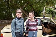 Volvo-ägaren Carla Shetzline, 49 år, tillsammans med sin dotter Vivienne Gaied, 12 år.<br /> Portland, Oregon, USA<br /> Foto: Christina Sjögren