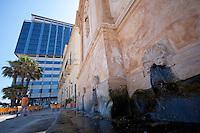 Dettaglio delli zampilli d'acqua che fuoriescono dalla fontana greca di Gallipoli (LE). Sullo sfondo l'inconfondibile edificio che segna il confine virtuale fra la città vecchia e quella nuova.