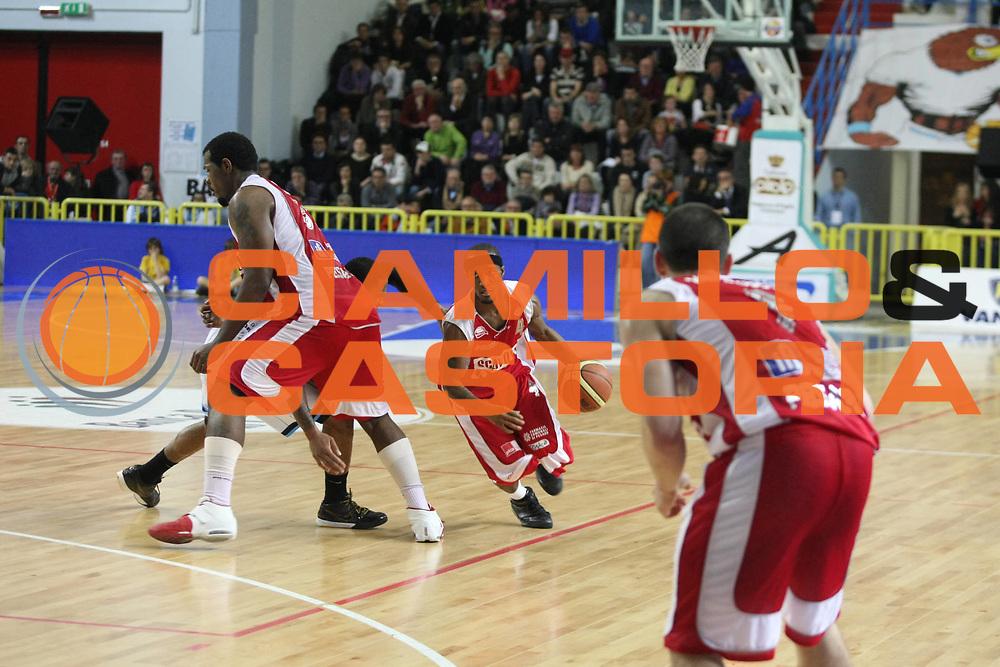 DESCRIZIONE : Cremona Lega A 2009-10 Vanoli Cremona Scavolini Spar Pesaro<br />GIOCATORE : Eric Williams  Marques Green<br />SQUADRA : Scavolini Spar Pesaro<br />EVENTO : Campionato Lega A 2009-2010<br />GARA : Vanoli Cremona  Scavolini Spar Pesaro<br />DATA : 03/04/2010<br />CATEGORIA : Blocco<br />SPORT : Pallacanestro<br />AUTORE : Agenzia Ciamillo-Castoria/F.Zovadelli<br />GALLERA : Lega Basket A 2009-2010<br />FOTONOTIZIA : Cremona Campionato Italiano Lega A 2009-2010 Vanoli Cremona  Scavolini Spar Pesaro
