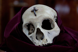 Solo uno dei crani viene portato in processione.<br /> They choose just one skull to bring in procession.
