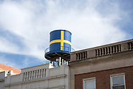 En kopia av det gamla vattentornet med svenska flaggan &auml;r sedan augusti 2017 p&aring; plats p&aring; taket av The Swedish American Museum. Orginalen hade rostat s&ouml;nder och togs ned tre &aring;r tidigare. <br /> <br /> Andersonville, Chicago, IL, USA<br /> <br /> Foto: Christina Sj&ouml;gren